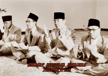 soekarno-berdoa2